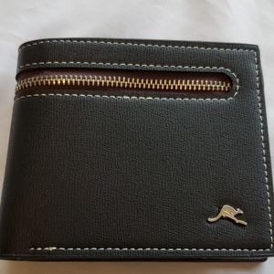 NWOT Roots Leather Wallet